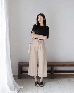 Áo thun đen mix cùng quần ống rộng