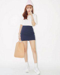Áo thun trắng kết hợp với váy ngắn