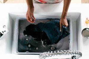 2 cách tự chế thuốc nhuộm vải màu đen đơn giản